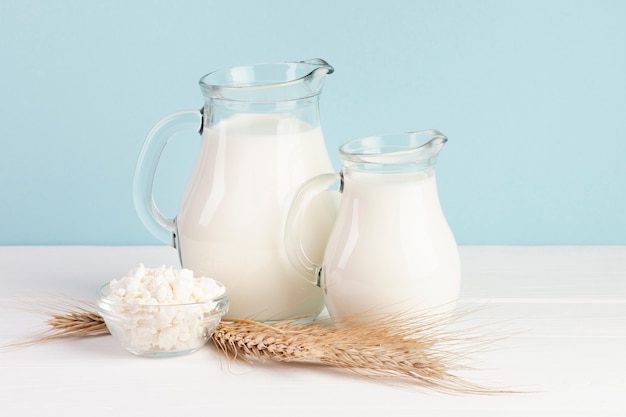 Pszenica i dzbanki ze świeżym mlekiem