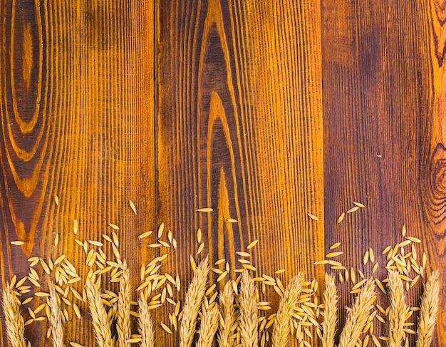 Pszeniczni ucho na starym drewnianym tle z copyspace.
