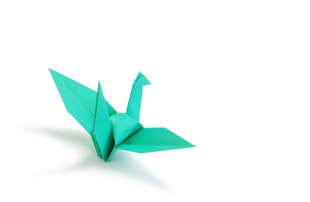 Ptak origami na białym tle studio. obraz ze ścieżką przycinającą i miejscem na kopię