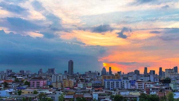 Ptasi widok nad miastem z zmierzchem i chmurami w wieczór