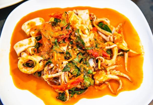 Ptysiowe kalmary ze szparagami w restauracji z innymi potrawami