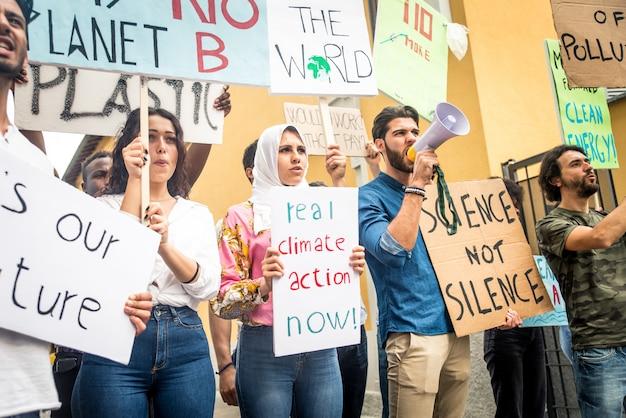 Publiczna demonstracja na ulicy przeciwko globalnemu ociepleniu i zanieczyszczeniu. grupa wieloetnicznych ludzi protestujących przeciwko zmianom klimatu i problemom z tworzywami sztucznymi w oceanach