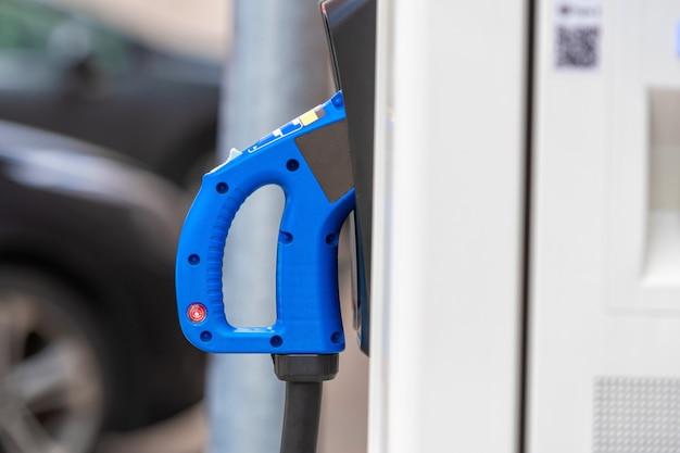 Publiczna stacja ładująca do samochodu elektrycznego z zbliżeniem zasilania kabla zasilającego