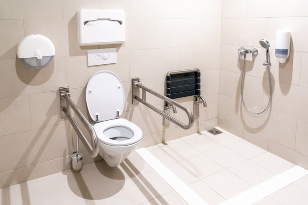 Publiczna toaleta dla niepełnosprawnych niepełnosprawnych ze specjalnym wyposażeniem