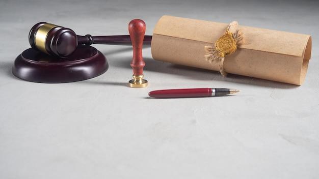 Publiczne pióro notariusza gavela i pieczęć na testamencie i testamencie. notariusz narzędzia publiczne public