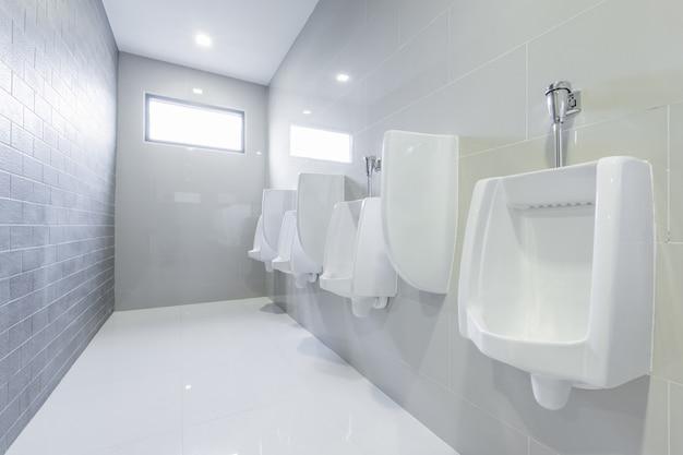Publiczne pisuary w toalecie w kolejce
