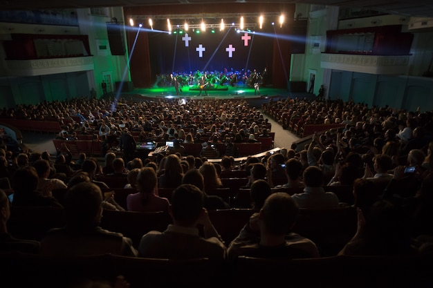 Publiczność oglądająca koncert na scenie