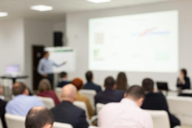 Publiczność w sali konferencyjnej. zamazany obraz zamazane zdjęcie.