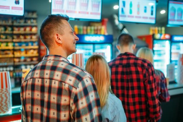 Publiczność wybierająca jedzenie w barze kinowym