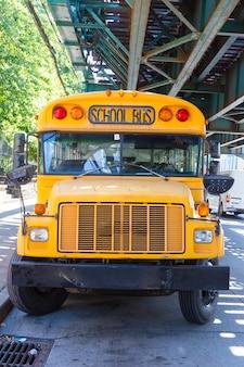 Publiczny autobus szkolny na drodze