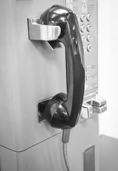 Publiczny automat telefoniczny na ścianie