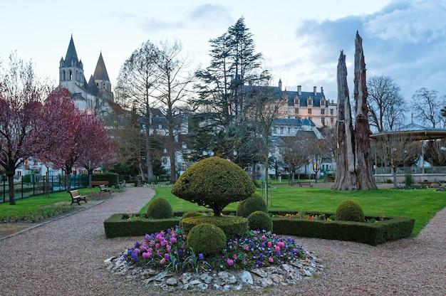 Publiczny park wiosennego wieczoru w mieście loches (francja)