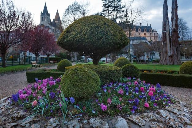 Publiczny park wiosennego wieczoru w mieście loches we francji