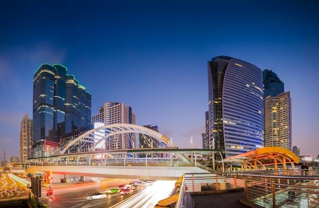 Publiczny skywalk z nowoczesnym stylem architektonicznym budynku dzielnicy biznesowej w bangkoku.
