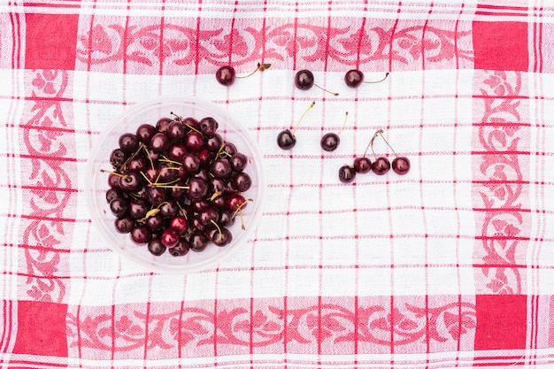 Puchar czerwone wiśnie na pielusze