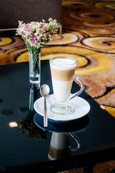Puchar gorącej kawy latte na stole