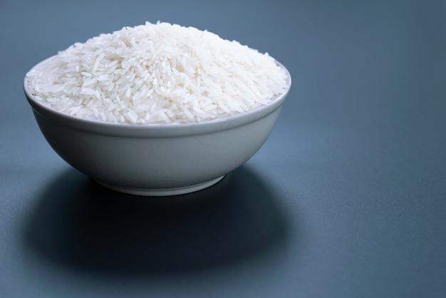 Puchar jaśminowi biali ryż na czarnych tło
