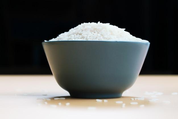 Puchar jaśminowi biali ryż na żółtych tło