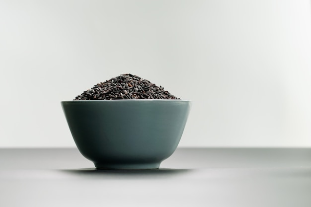 Puchar jaśminowi czarni ryż na białych tło
