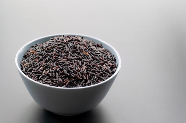 Puchar jaśminowi czarni ryż na czarnych tło