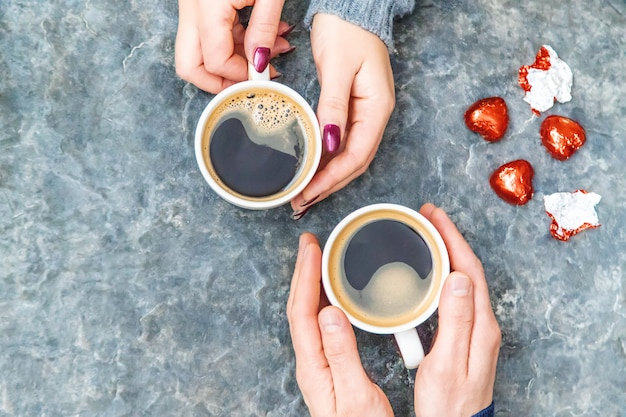 Puchar napój na śniadanie w rękach kochanków. selektywna ostrość.