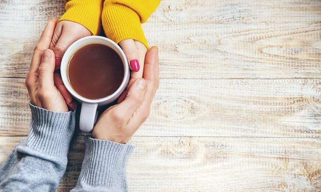 Puchar pić na śniadanie w rękach kochanków.