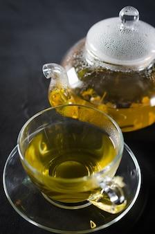 Puchar pyszne herbaty ziołowe i szklany czajniczek.