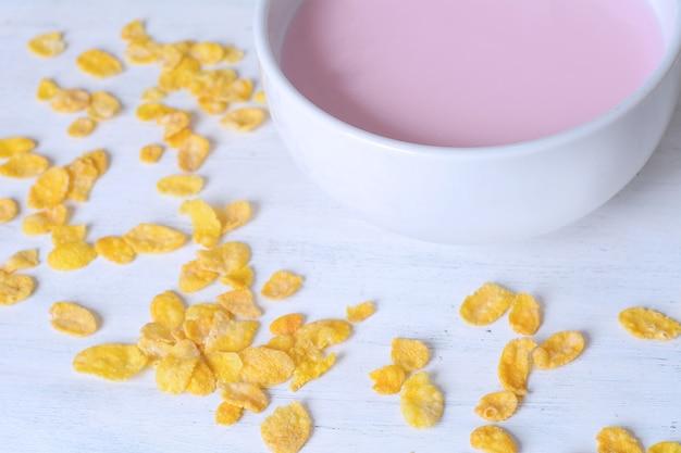Puchar świeży jogurt z granola i suszącym - owoc