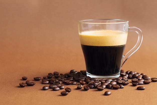 Puchar z kawy espresso na brąz z ziaren kawy.