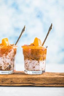Pudding chia z persimmon w kieliszkach z serduszkami persimmon