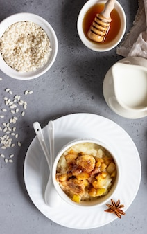 Pudding ryżowy z owocami, miodem i przyprawami. zdrowe śniadanie lub deser.