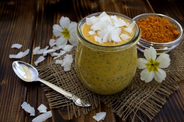 Pudding z chia, kurkumą i chipsami kokosowymi