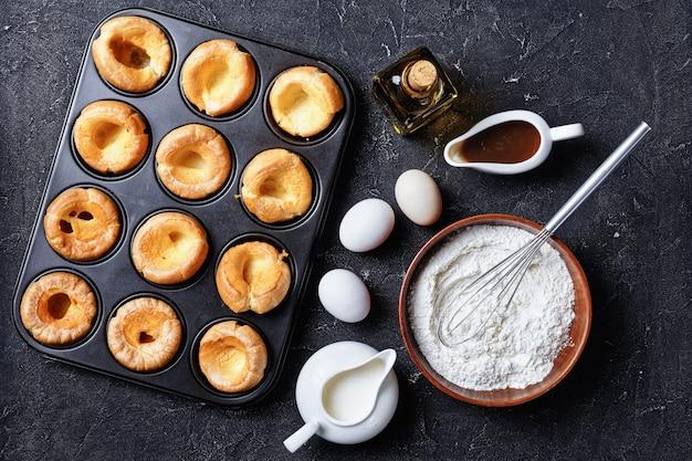 Puddingi yorkshire w metalowej blasze do pieczenia