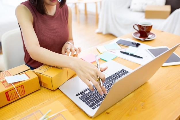 Pudełka do pakowania dla kobiet do przygotowania wysyłki do klienta