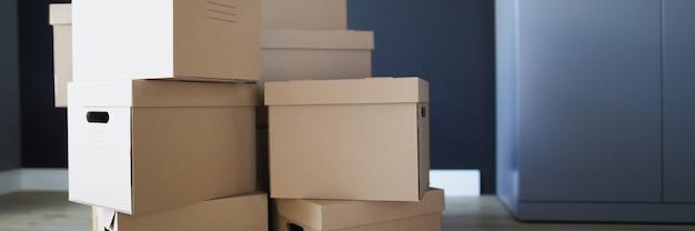 Pudełka kartonowe wewnątrz pokoju jeden na drugim