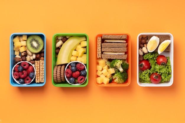 Pudełka na lunch ze zdrową żywnością leżące na płasko