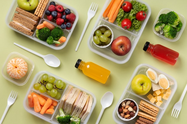 Pudełka na lunch ze zdrową żywnością nad widokiem