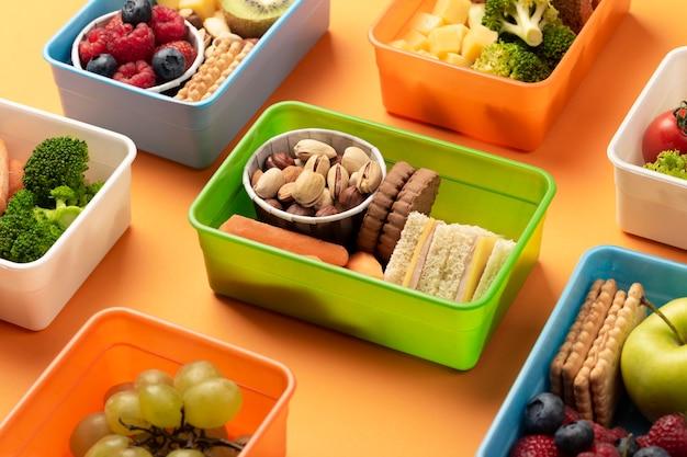 Pudełka na lunch ze zdrową żywnością pod wysokim kątem