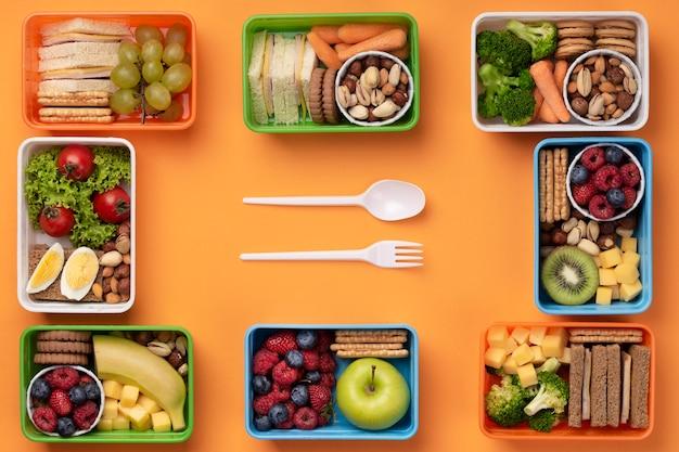 Pudełka na lunch ze zdrową żywnością ze sztućcami