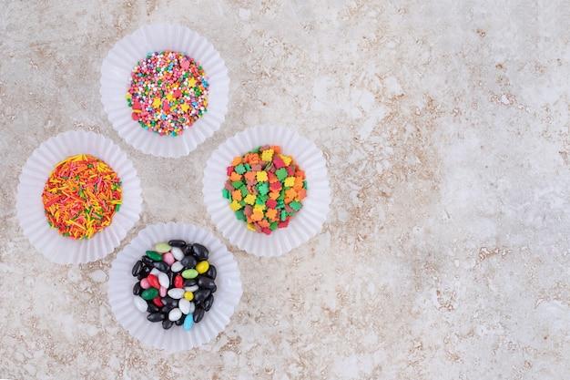 Pudełka na paszteciki z małymi stosami cukierków