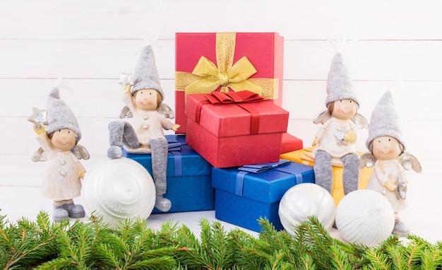 Pudełka na prezenty, anioły i choinki. kompozycja świąteczna