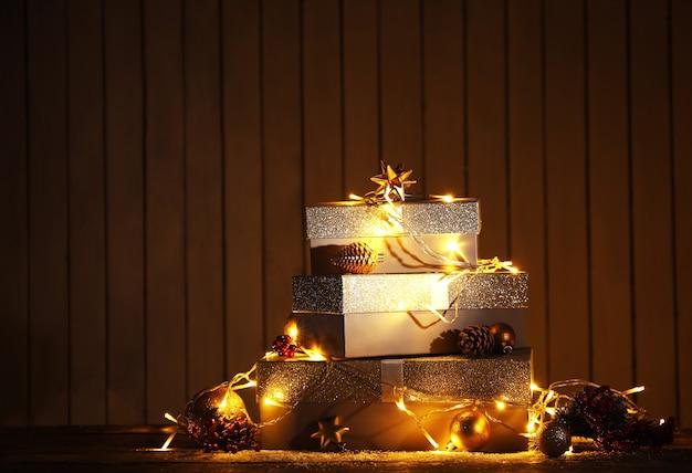 Pudełka na prezenty i dekoracje świąteczne na tle ściany