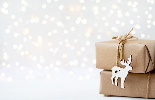 Pudełka na prezenty i drewniana zabawka jelenia