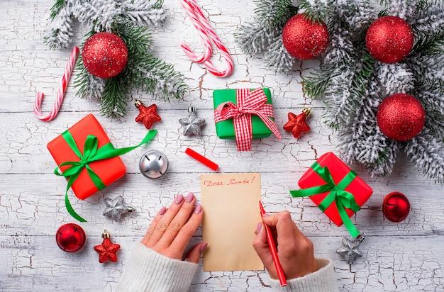 Pudełka na prezenty i list do świętego mikołaja