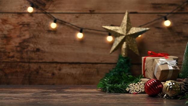 Pudełka na prezenty i ozdoby świąteczne ozdoby na drewnianym stole.