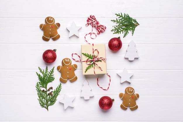 Pudełka na prezenty i ozdoby świąteczne z widokiem z góry