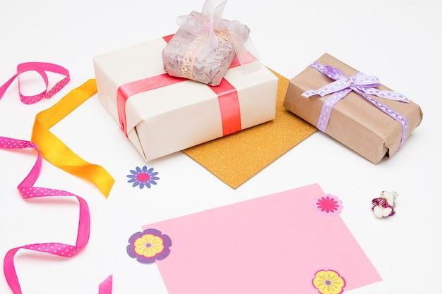 Pudełka na prezenty i różowe kartki pocztowe