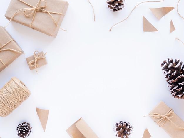 Pudełka na prezenty kawałki papieru szyszki jodłowe sznurka