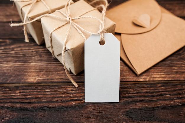 Pudełka na prezenty kraft z tagiem na drewnie