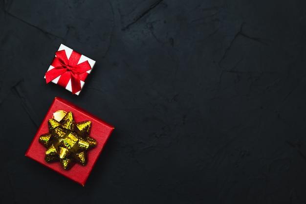 Pudełka na prezenty na ciemnym tle. leżał na płasko, niski klucz.